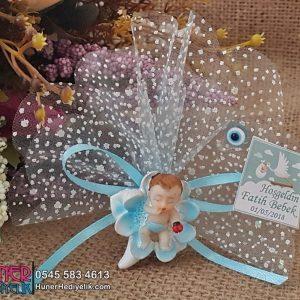 Nilüfer Çiçeği Üstünde Duran Erkek Bebek Magneti