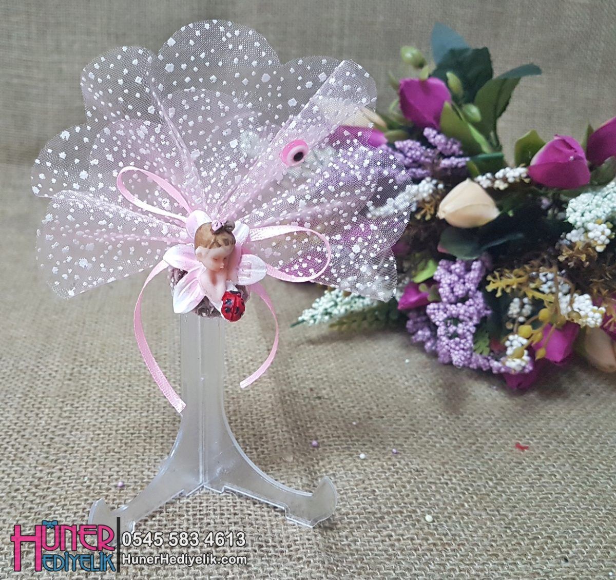 Nilüfer Çiçeği Üstünde Pembe Renkli Kız Bebek Şekeri