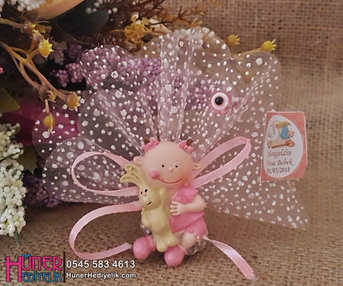 Elinde Tavşanı Olan Pembe Renkli Kız Bebek Magneti
